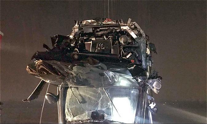 Chiếc xe bị hư hỏng nặngkhi được trục vớt.Ảnh: Sơn Tuyến