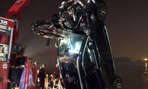 Cô gái 21 tuổi cầm lái chiếc Mercedes rơi khỏi cầu Chương Dương