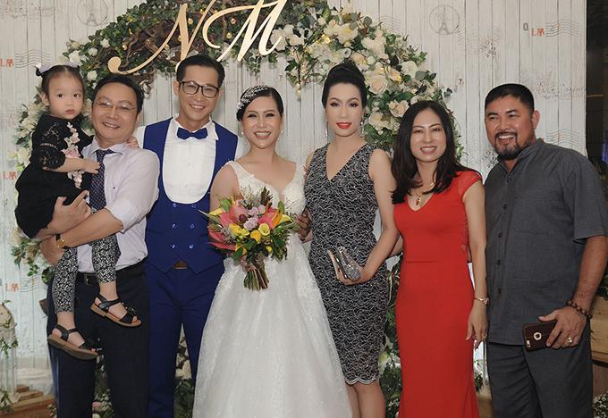 Ông xã Trịnh Kim Chi bế con gái út cùng vợ dự tiệc cưới của Hồng Mơ - Thành Nhơn ở TP HCM.