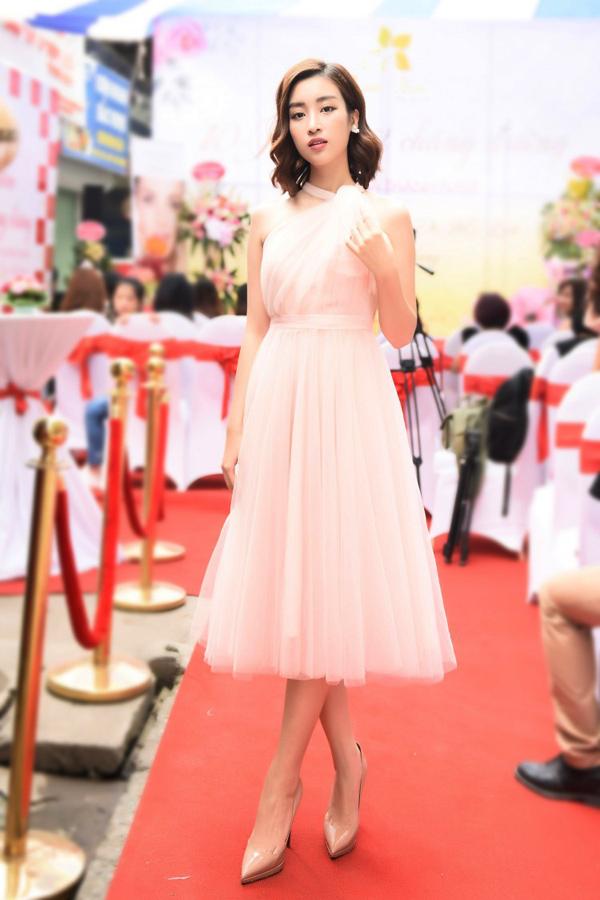 Sau bộ đồ lỗi mốt bị chê ở bế mạc Tuần lễ thời trang quốc tế Việt Nam, Hoa hậu Đỗ Mỹ Linh gỡ điểm thuyết phục với chiếc váy màu pastel bồng bềnh.