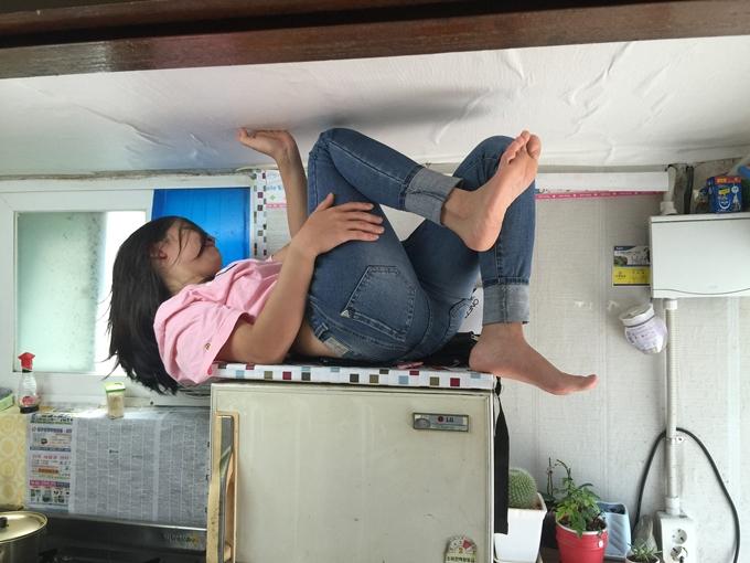 Chị Hoa bị anh Vũ bế lên nóc tủ lạnh vì cằn nhằn chuyện anh chơi game.