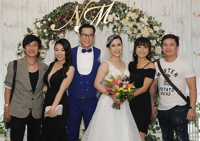 Nghệ sĩ Lê Huỳnh (ngoài cùng bên trái) và diễn viên Lê Bê La (thứ hai từ phải qua) hội ngộ trong đám cưới Hồng Mơ.