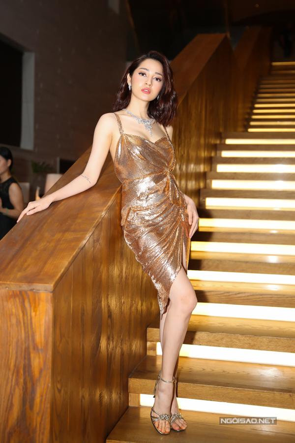 Cũng tham dự sự kiện này, ca sĩ Bảo Anh chọn trang phục bắt sáng sexy để khoe vóc dánh thanh mảnh.