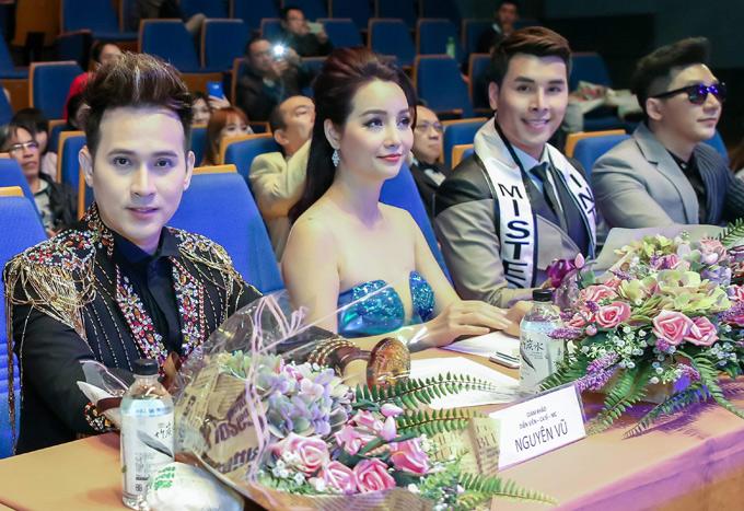Diễn viên Mai thu Huyền, Hoàng Phi Kha (thứ ba từ phải qua), người mẫu Nam Phong (đeo kính) cũng tham gia cầm trịch sân chơi này.
