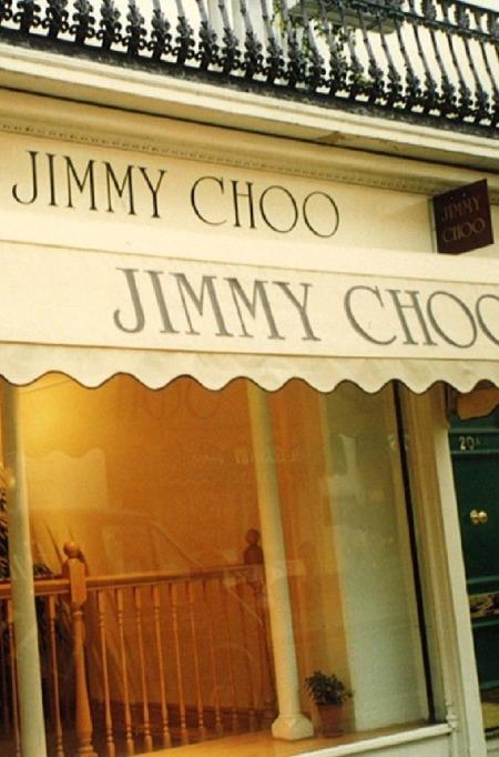 Năm 1997, cửa hàng mang nhãn Jimmy Choo đầu tiên khai trương trên đường Motcomb của London. Motcomb được biết đến là con phố thời trang xa xỉ, gồm cảcửa hàng của hiệu giày đế đỏ Christian Louboutin. Ảnh:Jimmy Choo.