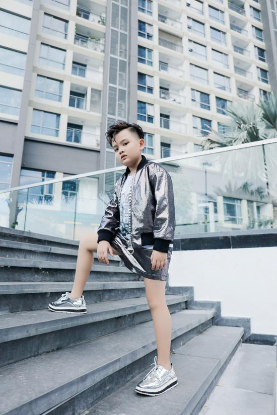 Kết hợp cùng bộ trang phục ánh kim lấp lánh là giầy sneaker metalic.