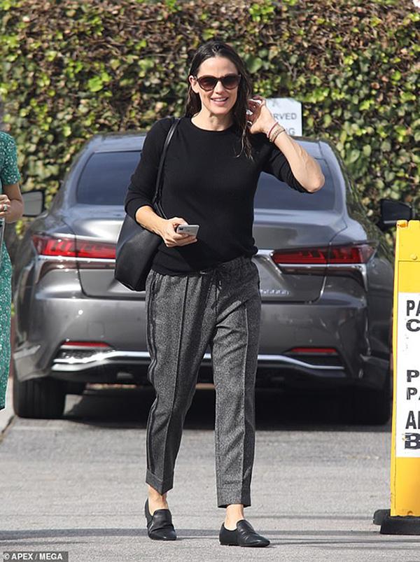 Jennifer Garner vui vẻ trong buổi gặp mặt chồng cũ cùng các con