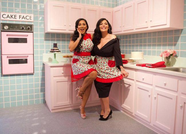 Huda Katton (trái) và chị gáiMona Kattan (phải), người đã động viên và giúp đỡ cô thành lập Huda Beauty. Ảnh: Forbes.