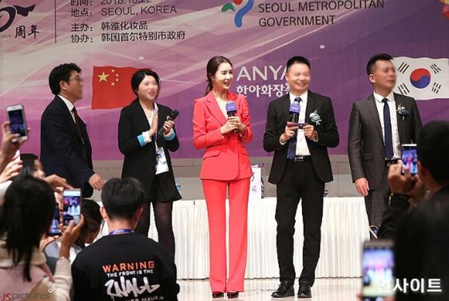 Lee Da Hae tham dự các hoạt động trong sự kiện. Sinh năm 1984, mỹ nhân Hàn