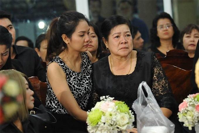 Mẹ của Nursara Suknamai đến giờ vẫn chưa thể tin được con gái đã qua đời.  Trong ngày đón thi thể con, bà liên tục khóc ngất và phải nhờ người nhà dìu đi.