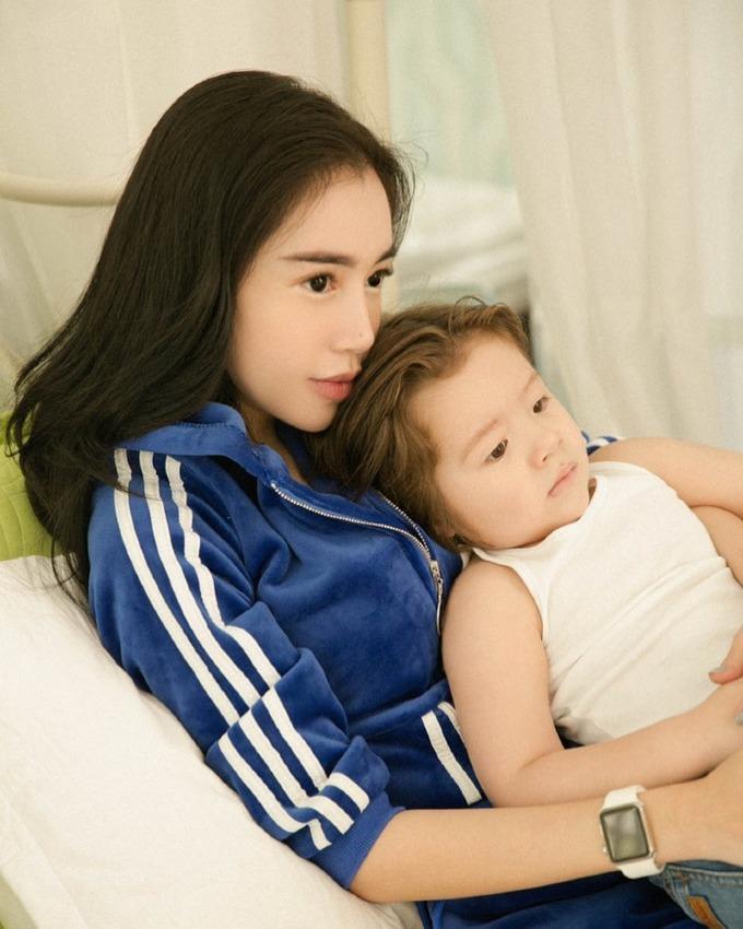 Angela Phương Trinh tự nhận mình và con trai trông như hai chị em: Nói chung là chị gái 15 tuổi còn em trai 11 tuổi.