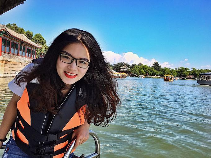 Vào ngày mát mẻ, đi thuyền dạo trên hồ trong Di Hòa Viên là trải nghiệm tuyệt vời khiến du khách ngỡ như được xuyên không về thời cổ trang.