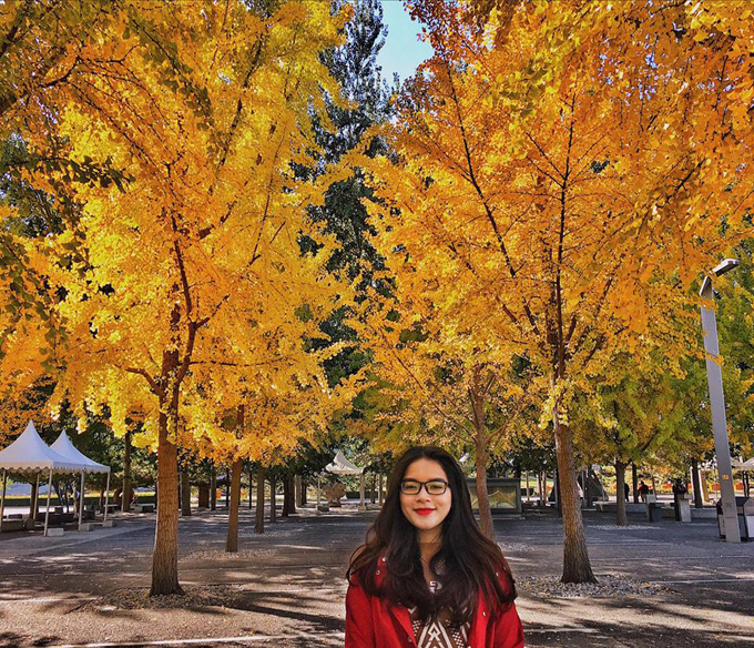 Thời tiết Bắc Kinh mùa thu khá lạnh, thời gian nàykhoảng âm 1 độ C đến âm 2 độ C, lúc cao nhất cũng khoảng từ15 độ C đến 17 độ C. Tình hình ô nhiễm năm nay cũng không quá kinh khủng như mấy năm trước. Không còn sương mù khắp nơi, bầu trời xanh trong vắt. Bắc Kinh là nơi đầu tiên em thấy có 4 mùa xuân hạ thu đông rõ rệt, Thảo chia sẻ.