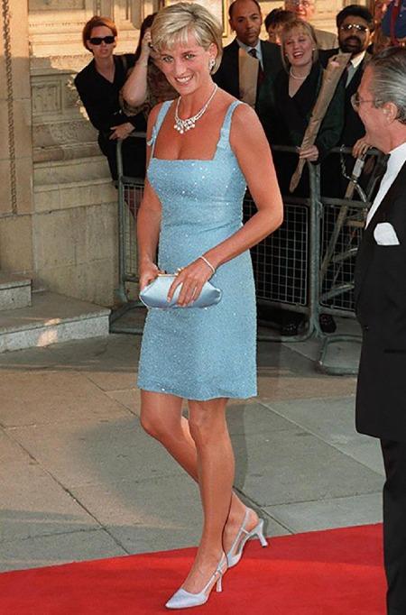Cùng năm trên, công nương Diana xuất hiện trên thảm đỏ đi giày slingback (giày quai vắt gót) của Jimmy Choo, một trong những khoảnh khắc bước ngoặt cho hãng giày. Một năm sau, cửa hàng đầu tiên ở Mỹ của họra mắt tại New York, nơi những đôi giày có giá khởi điểm 300 USD. Ảnh: Jimmy Choo.