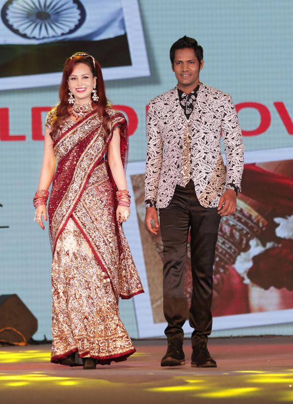 Trong ngày hội của cộng đồng người Ấn Độ tại TP HCM, Diệu Hoa còn được mời trình diễn thời trang.