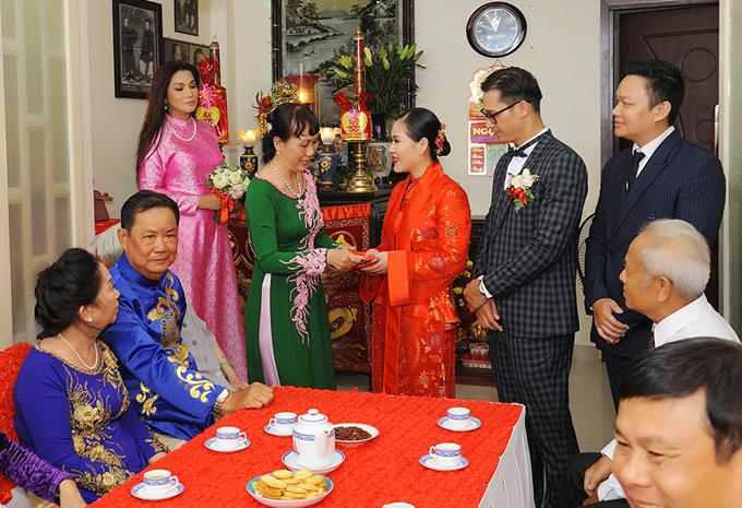 Ca sĩ Cindy Thái Tài (áo dài hồng) và diễn viên Quách Cung Phong (đứng ngoài cùng bên phải) làm phù dâu và phù rể trong đám cưới của Hồng Mơ.