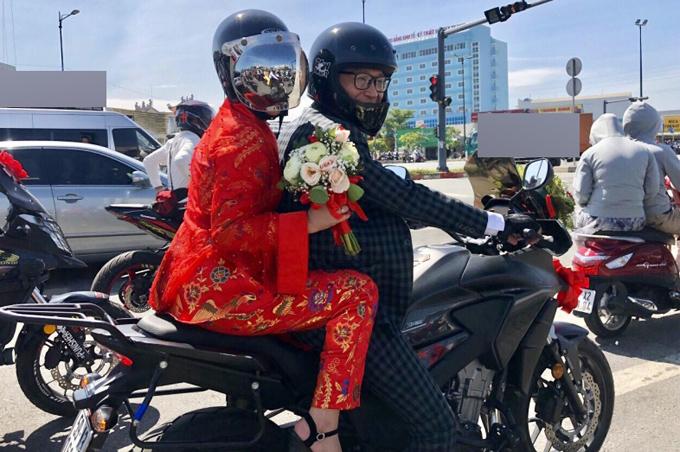 Thành Nhơn cầm lái môtô chở vợ bon bon trên đường. Hồng Mơ chia sẻ, cô rất thích cảm giác được rước dâu bằng xe máy.