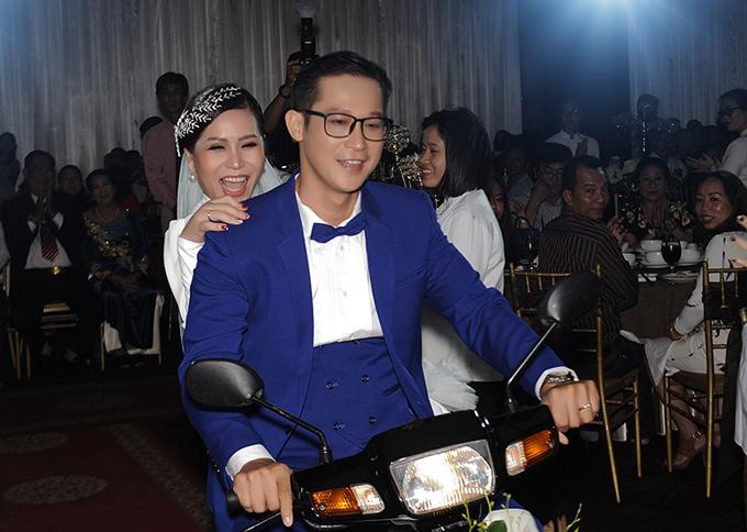 Tối 4/11, đôi vợ chồng gây bất ngờ khi phi xe máy vào thẳng tiệc cưới ở TP HCM.