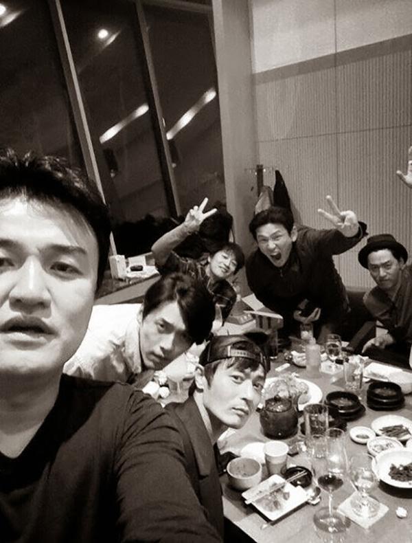 Jang Dong Gun và Hyun Bin trong một buổi tụ tập bạn bè