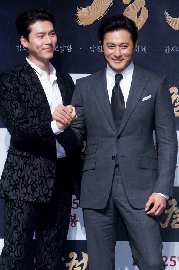 Tại sự kiện họp báo phim Dạ quỷ ở Singapore, bộ đôi Hyun Bin (trái) -Jang Dong Gunkhiến fan phát cuồng vì những ánh mắt thân thiết và câu nói đùa hài hước dành cho nhau.