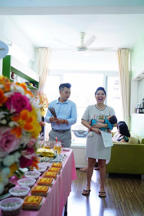 Mới sinh con được một tháng nên Lê Khánh chưa lấy lại được vóc dáng như thuở son rỗi, tuy nhiên cô cũng giảm được vài cân.