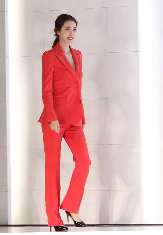 Lee Da Hae góp mặt trong buổi tiệc kỷ niệm của một thương hiệu làm đẹp mà cô là gương mặt đại diện đã 5 năm nay. Đây là lần hiếm hoi ngôi sao My Girl lộ diện sau một thời gian dài ở ẩn. Trong bộ vest đỏ, ngôi sao Hàn tự tin, rạng ngời trước ống kính báo giới.