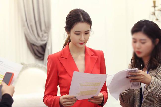 Đã lâu không xuất hiện, Lee Da Hae được cánh ký giả rất quan tâm. Điều gây chú ý nhất là gương mặt của nữ diễn viên: với chiếc cằm nhọn hơn, khuôn mặt thon hơn, trông ngôi sao Iris 2 trở nên lạ lẫm.