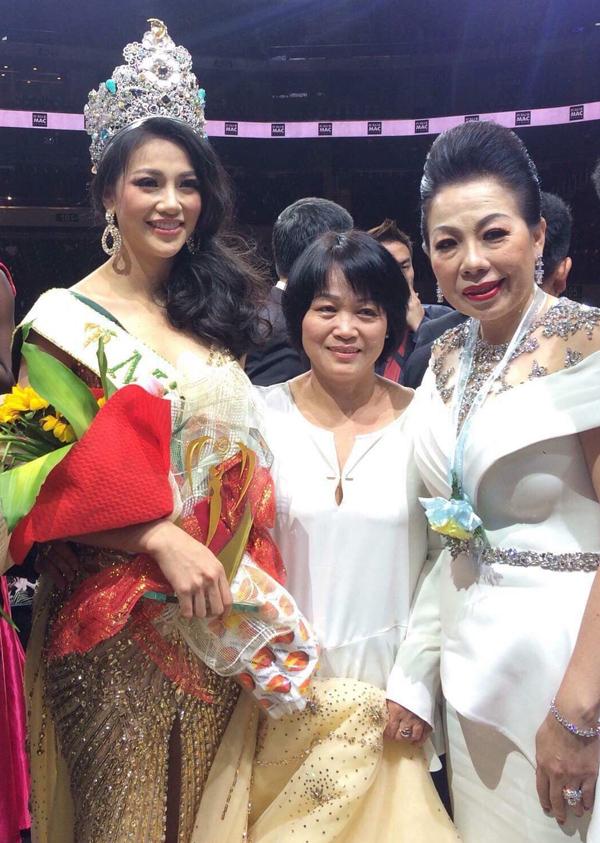 Nhà thiết kế Linh San (phải) chụp hình cùng Phương Khánh và mẹ Hoa hậu sau đêm chung kết.