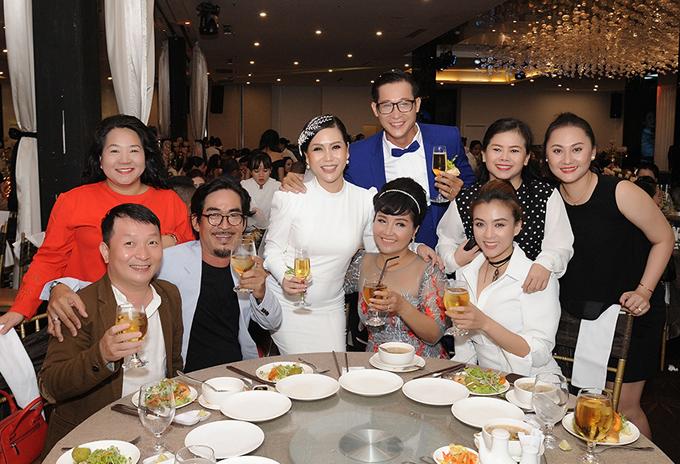 Vợ chồng nghệ sĩ Ngân Quỳnh (ngồi giữa), ca sĩ Diễm Phương (váy chấm bi) cũng có mặt.