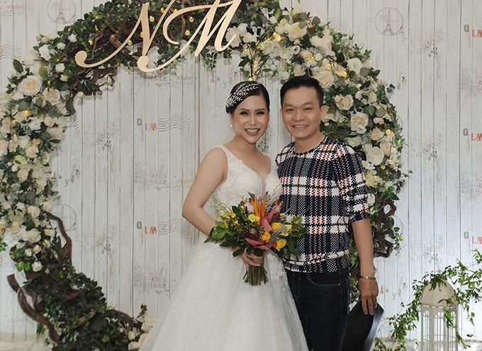 Ca sĩ Kỳ Phương rạng rỡ chụp ảnh cùng cô dâu.