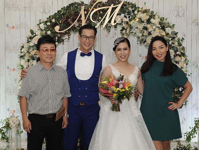 Ca sĩ Khánh Loan (váy xanh) ăn mặc đơn giản đi tiệc cưới đồng nghiệp.