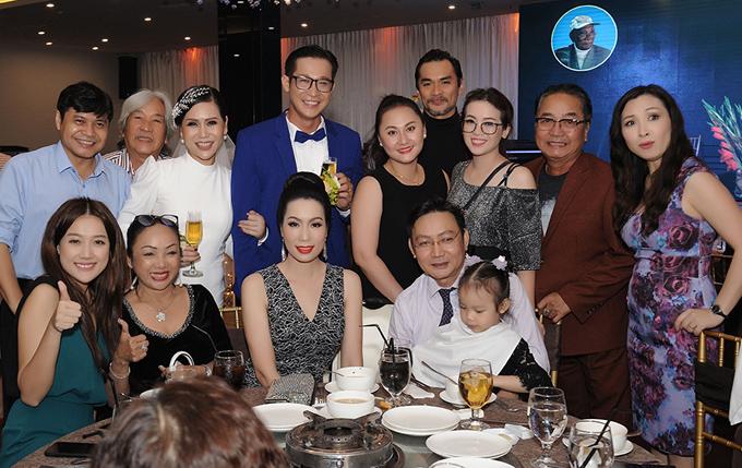 Diễn viên Khánh Huyền (váy hoa) hội ngộ nhiều bạn bè, đồng nghiệp tại đám cưới của Hồng Mơ - Thành Nhơn.