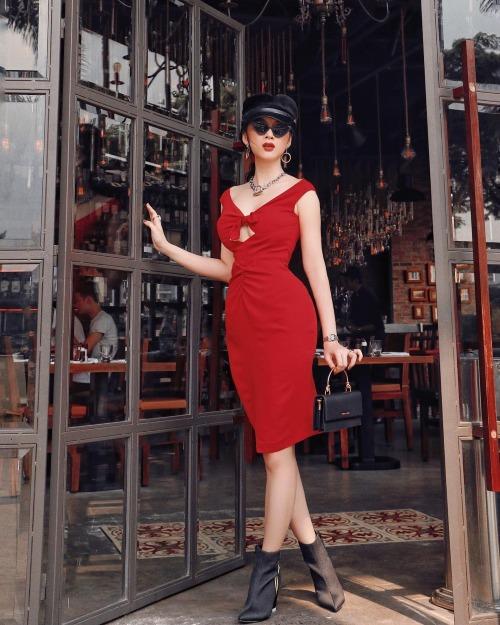 Angela Phương Trinh hoá quý cô sang chảnh trong bức hình mới đăng tải. Người đẹp diện đầm đỏbó sát phôdáng siêu vòng 3.