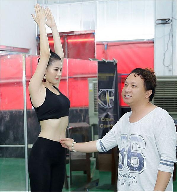 Người đẹp Việt Nam được chuyên gia người Philippines hướng dẫn tỉ mỉ.