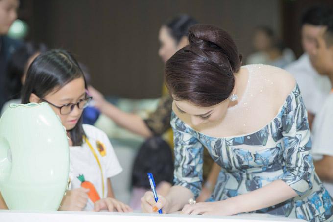 Phương Oanh Quỳnh búp bê thân thiết Việt Anh tại sự kiện - 4