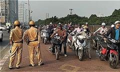 Dòng người dắt bộ xe máy trên vỉa hè khi thấy CSGT