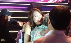 Mỹ Tâm xuống khán đài ôm chặt nghệ sĩ Thiên Kim vì sợ cô bị lạnh