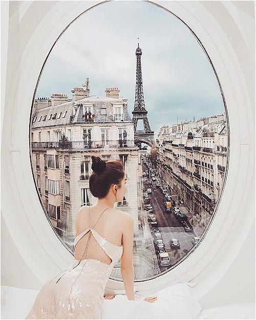 Ngọc Trinh tận hưởng cuộc sống sang chảnh khingắm tháp Eiffel từ cửa sổ khách sạn.