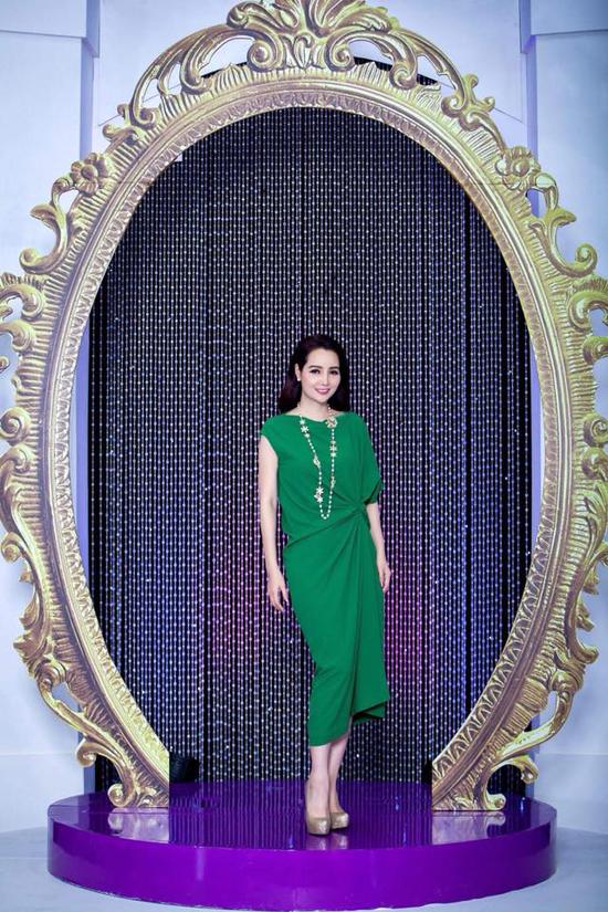Đường xoắn eo phải được xử lý một cách khéo léo là yếu tố quan trọng để mang tới nét đẹp chocác mẫu váy cổ điển. Mai Thu Huyền sử dụng vòng cổ cầu kỳ, giầy ánh kim để mix cùng váy tông màu đơn sắc.