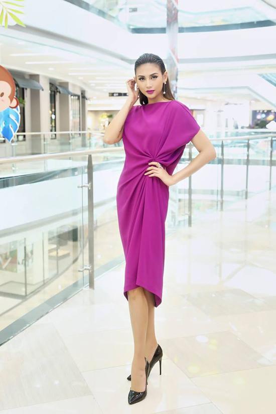Đi đôi với chi tiết độc đáo ở phần eo tho, nhà mốt Việt còn khai thác phom dáng váy bất đối xứng để mang tới các kiểu váy hợp mốt.