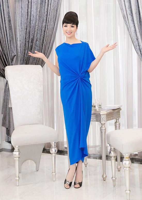 Thời trang 2018 đánh dấu sự trở lại ngoạn mục của phong cách cổ điển. Một trong những điểm nhấn ấn tượng là các thiết kế váy thắt eo, xoắn eo mang vẻ đẹp thanh lịch. Giáng My nhiệt tình lăng xê các mẫu đầm mang âm hưởng phong cách 1970.