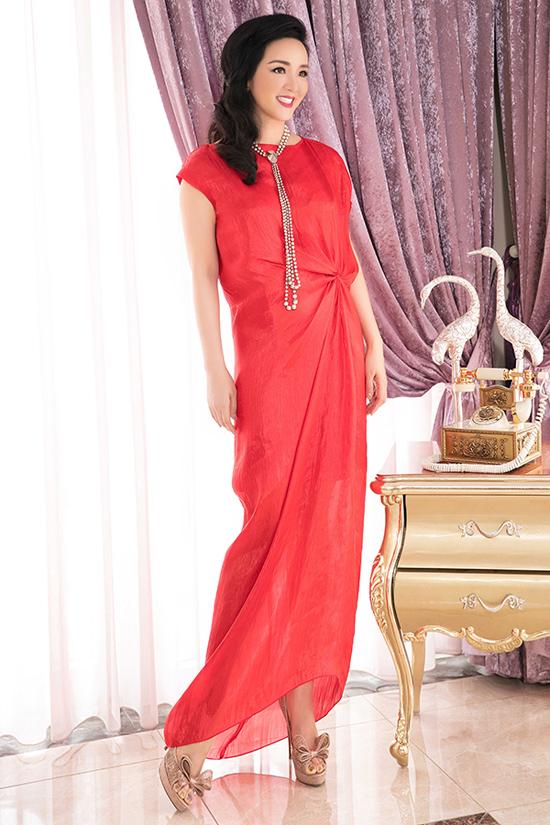 Sau cuộc lên ngôi của các kiểu đầm vintage thắt eo, váy xoắn eo thiết kế trên các chất liệu lụa mềm tiếp tục chiếm được cảm tình của phái đẹp.