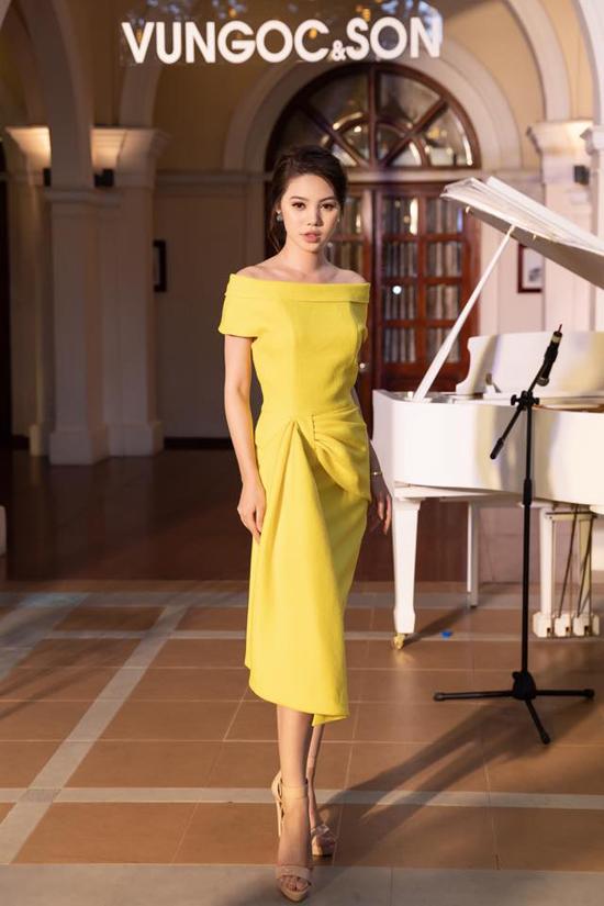 Bên cạnh việc khai thác triệt để kỹ thuật xoắn vải, hai nhà thiết kế Vũ Ngọc & Son còn áp dụng những đường nếp gấp để tạo nên sự phong phú cho các mẫu váy thu đông. Jolie Nguyễn nổi bật với mẫu thiết kế nằm trong bộ sưu tập Domino 68.