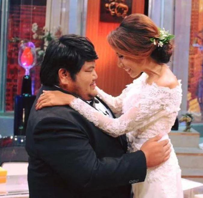 Kudi và Puwadol hạnh phúc trong đám cưới.