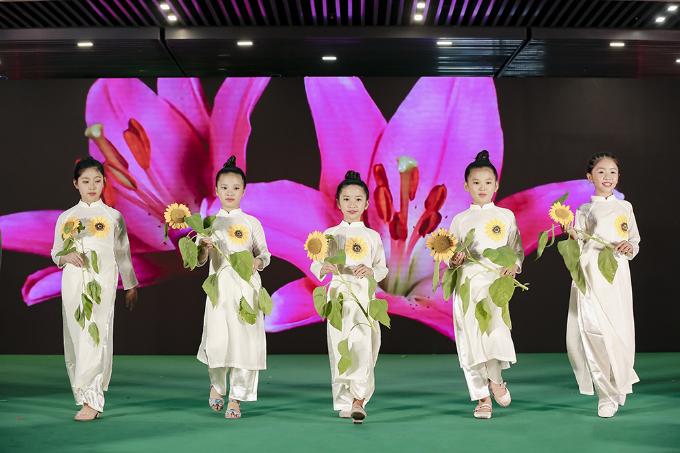 Hình ảnh những đóa hoa hướng dương rực rỡ cũng được trình diễn duyên dáng qua phần thể hiện của nhóm người mẫu Pinkids nhằm gửi gắm thông điệp ý nghĩa về hành trình hội tụ và tỏa sắc của The Garden Mall.