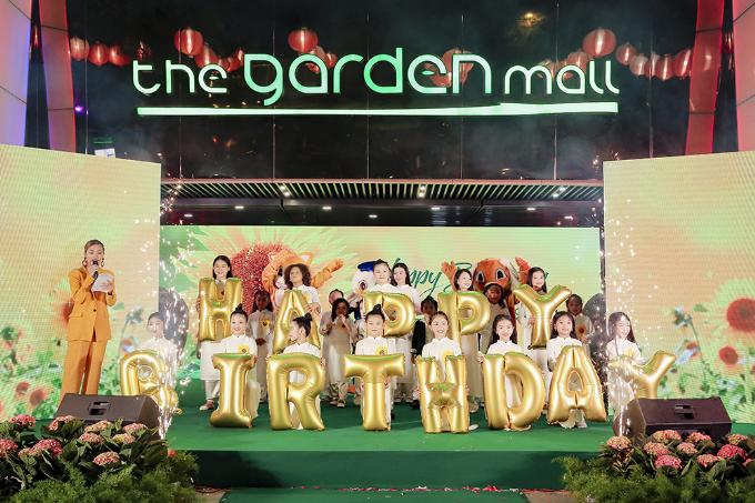 Kỷ niệm tròn một năm khoác lên mình chiếc áo mới năng động, The Garden Mall tiếp tục thu hút công chúng với chương trình biểu diễn nghệ thuật tưng bừng trong không gian rực rỡ sắc hoa.Không gian xanh tại trung tâm thương mại The Garden Mall (190 Hồng Bàng, Quận 5) đã được trang hoàng thành khu vườn hoa nhiều màu sắc. Bên cạnh đó, chương trình biểu diễn nghệ thuật ngoài trời mừng sinh nhật cũng đã diễn ra với nhiều tiết mục thú vị thu hút đông đảo khách hàng đến tham quan và thưởng thức.