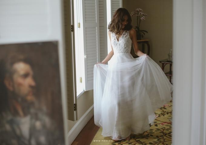 Váy cưới kết hợp giữa chất liệu voan, ren và satin tạo cho các cô dâu vẻ đẹp ngọt ngào.