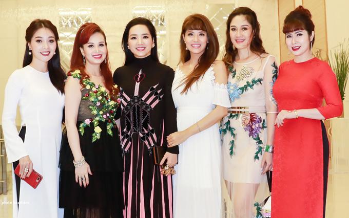 Từ trái qua: Quý bà Hoàng Thị Yến, Hoa hậu Diệu Hoa Hoa hậu đền Hùng Giáng My, Hoa hậu Áo dài 1995 Đàm Lưu Ly, Hoa hậu Áo dài 2017 Hoàng Dung (ngoài cùng bên phải)