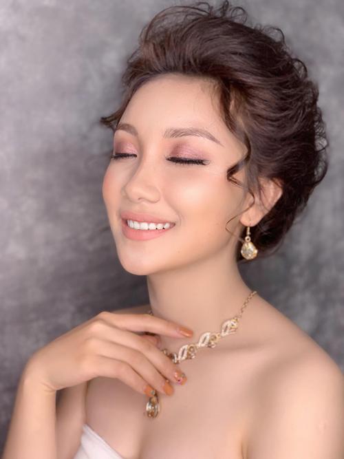 Cô dâu cần trang điểm thêm vùng da cổ và ngực để làn da trở nên đều màu.