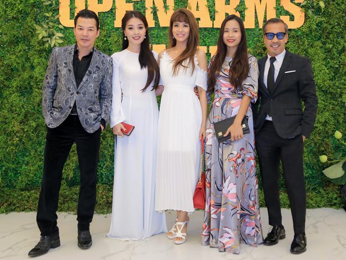 Diễn viên Trần Bảo Sơn (ngoài cùng bên trái), fashionista Thuận Nguyễn (ngoài cùng bên phải) cũng dự sự kiện này.